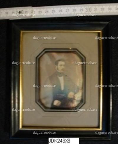 Daguerreotypi i ramme, portræt af Leveng Wulff. På bagsiden stemplet: J. C. Marx Eftf. glarmester Rammefabrik