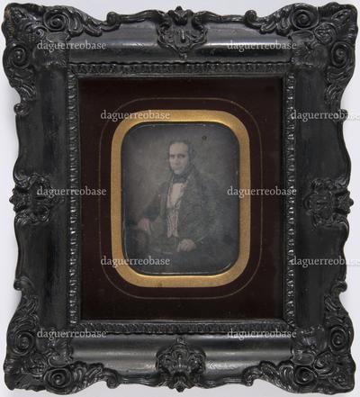 portret van een man, frontaal, zittend, driekwart
