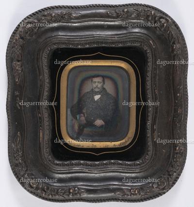 portrait en buste d'un homme moustachu en studio