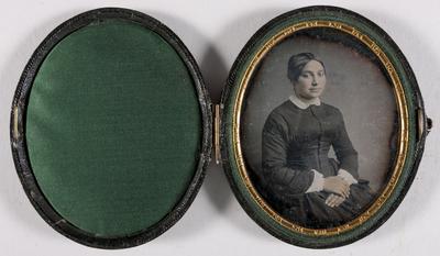 portret van een jonge vrouw, zittend, ingekleurd, handen op elkaar in de schoot, jurk witte kraag,