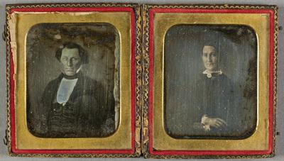 Two portraits, man and woman. Kaksi muotokuvaa samassa rasiassa,  puolikuva istuvasta miehestä vasemmalla ja oikealla puolikuva istuvasta naisesta kädet sylissään. Naisella on tumma asu, jossa on käsinväritetty pitsikaulus.