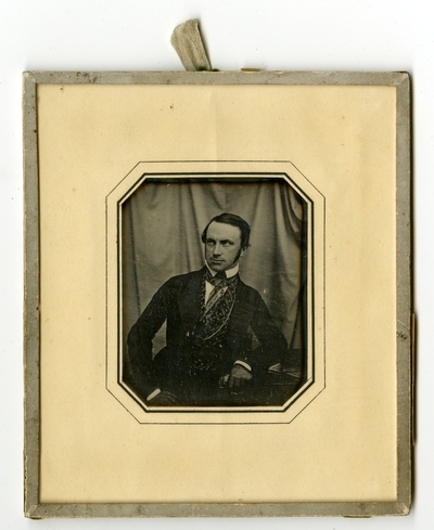 Datering er basert på hans adresse på etikett. Adresse som på etikett bak, benyttes fra mail 1843 - november 1844. Dated on the bases of label at the back.