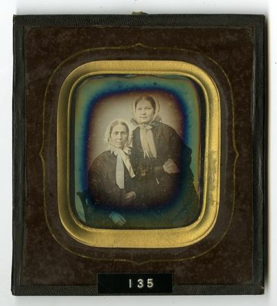 Portrett av to sittende kvinner. Portrait of two seated women.