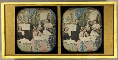 Eine Musikergruppe, zwei Männer, drei Frauen, mit Musikinmstrumenten und Büchern in der Hand, drei stehend, zwei Frauen davor sitzend, im Hintergrund die gemalte Szene einesBlicks aus dem  Fenster auf ein Schloss im Park, koloriert.