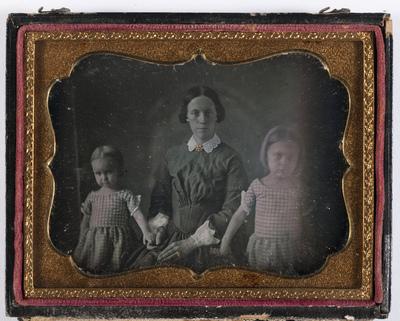 portrait en buste d'une famille: mère et ses 2 filles