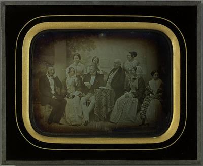 Portrait de groupe devant une toile peinte (décor)