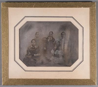 Portrait of the Holmerg family. Muotokuvassa  Anders Gustav Holmberg perheineen. Ylärivissä Elisabeth (Lisi) Holmberg (avioitui kapteeni Knut Schaumanin kanssa), Alexandra Holmberg (Sassa); Anna Holmberg (avioitui Carl Ludvig Schaumanin kanssa). Toisessa rivissä Amanda Holmberg, (stiftare Carpelanska skolanissa Turussa), luutnantti ja tullivirkailija Anders Gustaf Holmberg; ja hänen vaimonsa Sofie Sandbeck; sylissä Maria Carolina (Lina) Holmberg (syntynyt 1848, avioitui Carl Ludvig Schaumanin kanssa),  Natalia (Natta) Holmberg. Gustav Holmberg oli sukua taidemaalari Werner Holmbergille.