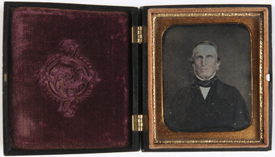 portret van een man, frontaal, buste, ingeklu