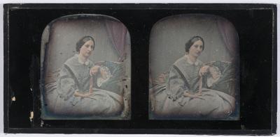 portrait de femme assise tenant un éventail