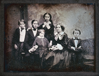 Familie mit vier Kindern