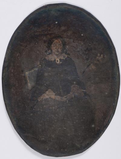 portrait en pied et en studio d'une jeune femme assise sur une chaise