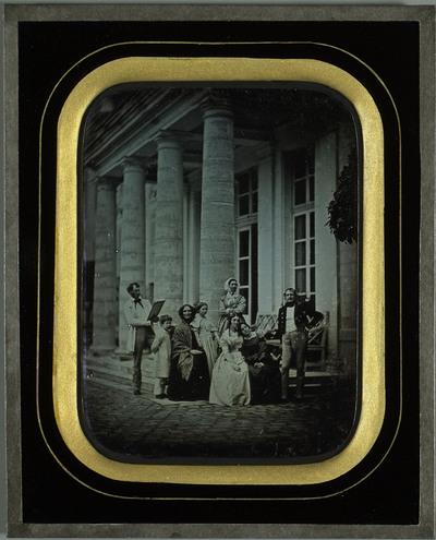 Portrait de groupe devant la villa de Beaulieu