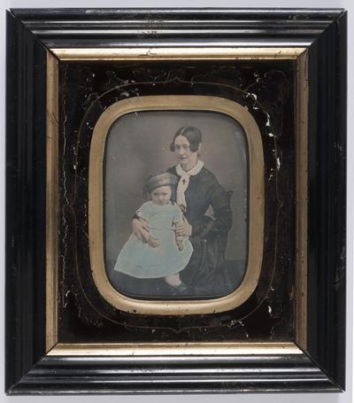portrait de 3/4 d'une femme avec petite fille sur ses genoux en studio