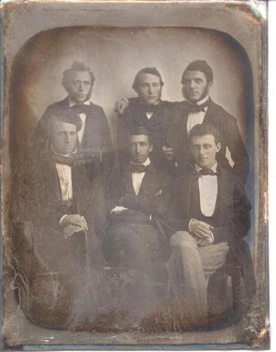 Øverst fra venstre ses professor Harald Hirschsprung, Theodor Mannheimer, grosserer og mægler Salomon Hertz, Saul Meyer, læge Louis Wilhelm Salomonsen og overlærer Harry Herman Hertz.
