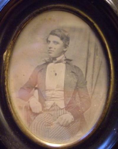 Daguerreotypi i oval ramme. På daguerreotypiet ses grosserer Salomon Hertz (1830-1904). Den synlige del af selve daguerreotypiet måler. Rammens mål er angivet ovenfor.
