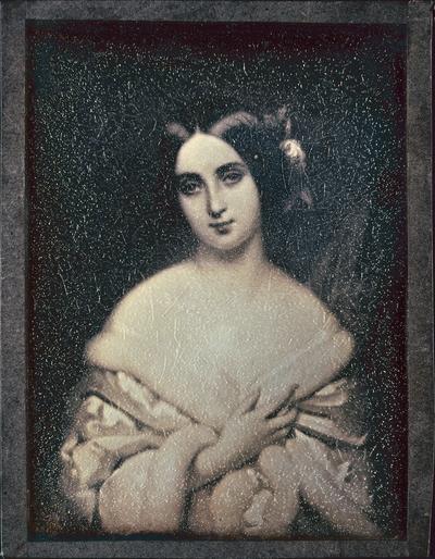 Dame in weißem Pelz
