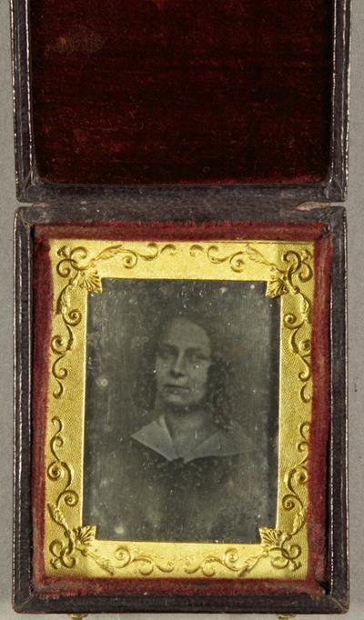 Junge Frau mit Korkenzieherlocken, Burstportrait.