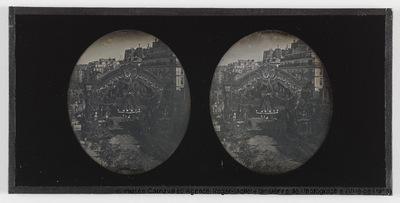 Arc de triomphe éphémère célébrant la visite de la reine Victoria et du prince Albert à Paris.