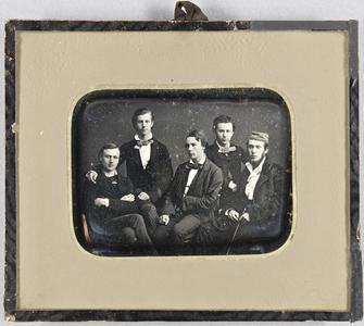 Gruppenbild mit fünf jungen Männern, sitzend.