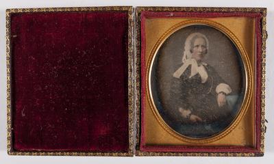 portret van een zittende vrouw, draagt een kapmuts met linten, ingekleurd gezicht, met goud ingekleurde halsketting en broche, leunt op een tafeltje (blauw ingekleurd)