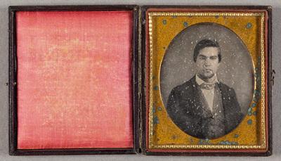 Nuoren miehen muotokuva, käsinväritetty.
