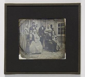 Left: Teunis de Jager; right: Johanna Cornelia van Duyne; middle: the family of Teunis de Jager and Johanna Cornelia van Duyne. Their eight children were born between 1819 and 1837 in Scheveningen.