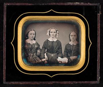 Portrett av tre kvinner. Mor og døtre? Portrait of three women. Mother and daugthers?