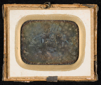 The person who owned this daguerreotype, and whose family is depicted, was Hendrik Jansen Fasmer (1835-1930) , owner of Alvøen. / The glass is missing. Heavily corroded plate.