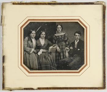 Drei Frauen und ein junger Mann, Geschwister, die Jüngste im karierten Kleid stehend neben ihren älteren Schwestern.