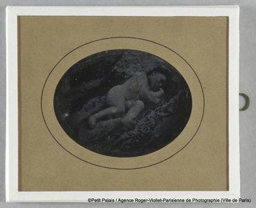 Thérèse Riesener, enfant, allongée sur le côté