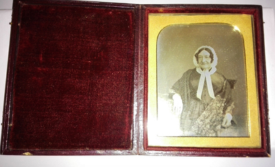 The daguerreotype is in a good condition of conservation. There are signs of oxidation. The plate is tinted. The binding has been replaced and the glass has been cleaned.