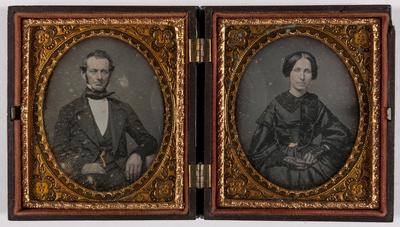 dubbel portret,twee afzonderlijke platen, man en vrouw, beide ingekleurd, zittend, de man rust met zijn arm op een tafeltje, de vrouw draagt handschoenen