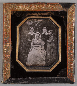 Group portrait, Hedvig Elisabeth Tigerstedt sitting in the middle, unknown woman standing behind, two children on the right are probably Adolf and Rosalie Sirén.