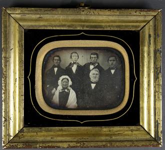 erschienen in: Von Storm zur Republik. Husum in der Fotografie zwischen 1850 und 1920, hg. V. Uwe Haupenthal, Ausst.kat., in: Holger Borzikowsky: Fotografie in Husum bis 1920, S. 41-45.