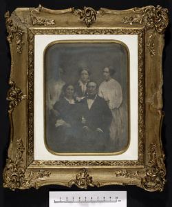 Familieportræt af Alphonse Casadaban med hustru Johanne og døtrene Isidora, Jeanine og Emilie