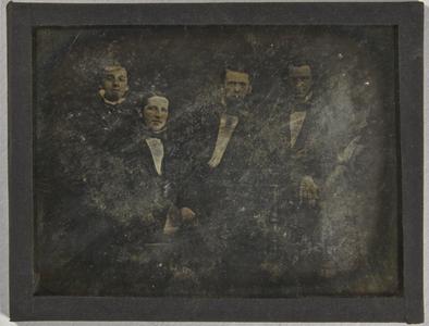 Vier unbekannte Herren, sitzend und stehend.