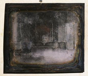 Daguerréotype représentant une vue du Grand Salon du château de Talcy dans un cadre en sapin verni. Il s'agit de plaque de cuiver doublée d'argent (sans tirage estampé). Les montages semblent  d'époque  puisqu'aucun ajout de carton ou papier hétérogène à ceux existants n'a été constaté : le passe-partout est en papier, en verre non peint (absent dans certains cas) devait assurer la protection du daguerréotype ; le revers est constitué d'un sandwich de carton épais beige et de papier bleu. Le sertissage est réalisé avec un ruban de papier bleu.