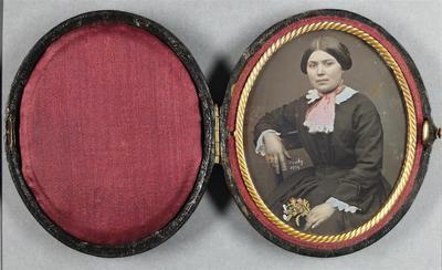 France. Daguerréotype coloré, 1/9 de plaque, 7,6 x 6,2 cm. Daté et signé sur la plaque.