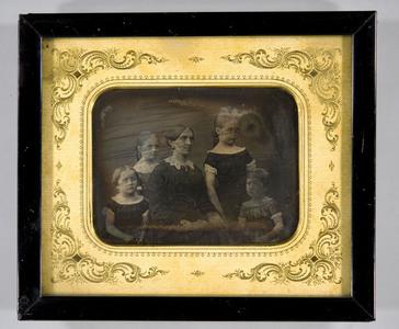 Gruppebilde av Fru Thea Meyer med døtrene Thea, Ragnhild, Agnes og Mathilde Meyer.  Group photo of Mrs. Thea Meyer with her daughters Thea, Ragnhild, Agnes and Mathilde Meyer.