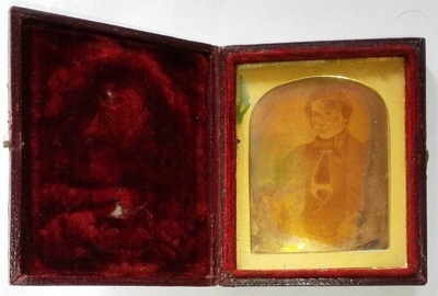 The daguerreotype is atypical and in a good condition of conservation. The case had an ambrotype placed on top of the daguerreotype.