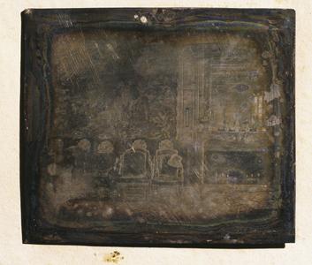 Daguerréotype représentant le Grand Salon du château de Talcy dans un cadre en sapin verni. Il s'agit de plaque de cuivre doublée d'argent (sans tirage estampé). Les montages semblent  d'époque  puisqu'aucun ajout de carton ou papier hétérogène à ceux existants n'a été constaté : le passe-partout est en papier, en verre non peint (absent dans certains cas) devait assurer la protection du daguerréotype ; le revers est constitué d'un sandwich de carton épais beige et de papier bleu. Le sertissage est réalisé avec un ruban de papier bleu