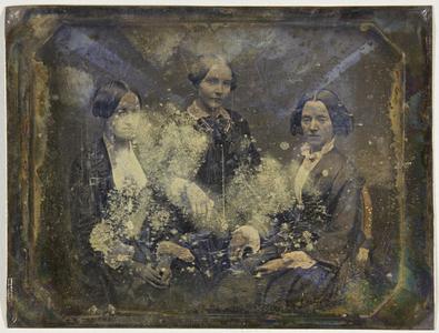 Drei Frauen sitzend, Halbfigur.