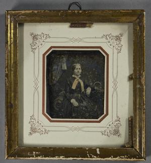 Auf dem Rahmen ist mit Hand geschrieben. E. D ..i horum .. St.B. 1856. Eventuell ist der Rahmen nicht das Original, sondern wurde zuvor anders verwendet. Die Daguerreotypie weist noch Spuren einer geprägten Papierbanderole als Rahmen auf.