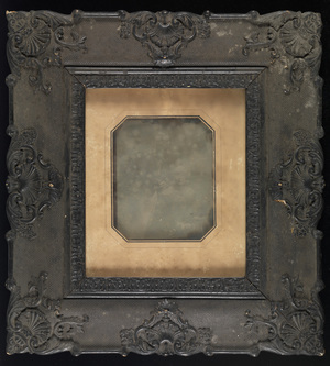 Very large. Platesize 135x165 mm. Very dirty and plate not secure. Hight included frame: 400 mm, width included frame: 370 mm