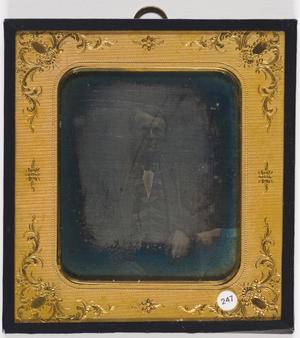 Denne har blitt restaurert etter tidligere forsøk på reparasjon.  Passepartout ligner på Nordiska Museets INV 264611 funnet på Digitalt Museum/Flickr fotografert av daguerreotypist Gregorius Renard i Kiel.