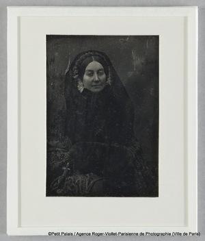 Madame Riesener, à mi-corps, avec voile noir et diadème