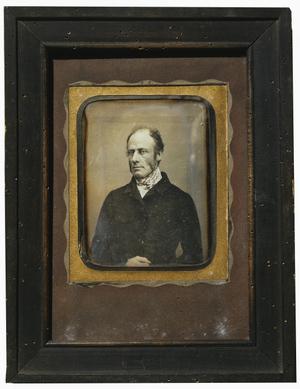 Portrait d'Albert Stapfer, en buste, de face, sous verre dans un cadre en bois.