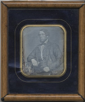 Datering: sannsynlig.   Avbildet Lars Henriksen Meling, født 1830, tolloppsynsmann i Stavanger, gift med Johanne Taletta Paulsdtr. Grødeland (daguerreotypi JÆHÅ2617).  Lars Henriksen Meling, born 1830, worked for the Customs Services in Stavanger, married with Johanne Taletta Paulsdtr. Grødeland (daguerreotypie JÆHÅ2617).