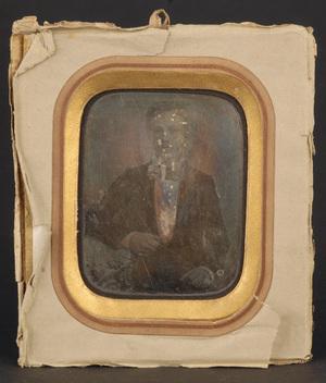 Glasset er borte, slitt passepartout og bakpapp. Bakpapiret ligner det som er på VF.04354 (fot. av Renard). Må konserveres.