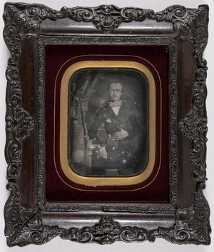 Portret van een staande man, ingekleurd,  gordijn met touw links, arm leunt op een kolom, draagt een strikdas en  bril, hand rustend op zijn buik, duim tussen zijn vest